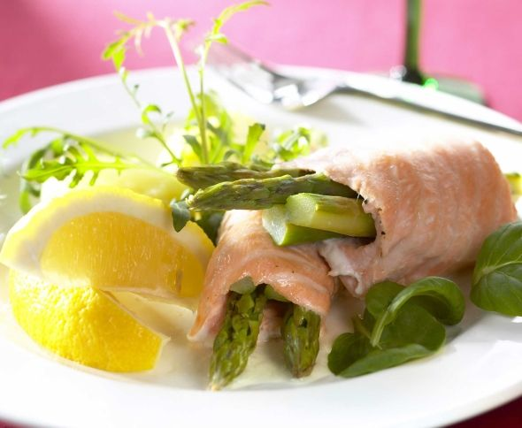 Salmon rolls with asparagus filling - Parsatäytteiset lohirullat, resepti – Ruoka.fi
