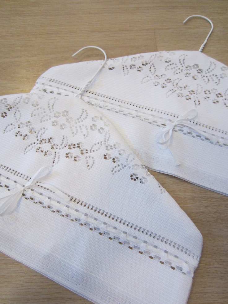 Tee-se-itse-naisen sisustusblogi: Fabric (Lace Curtain) Covered Wire Hangers