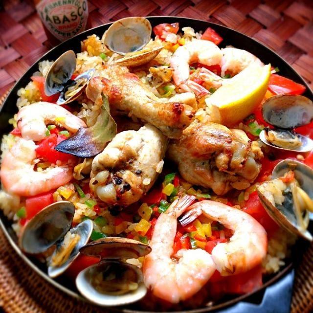 アメリカ・ルイジアナ州の郷土料理。スペイン料理のパエリアをアレンジして作られたもので、語源はフランス語のJambonジャンボン(ハム)のようです。 クレオールとケイジャンの違いは微妙ですが、クレオール料理はイタリアの影響を強く受けていて(トマトソースを使った)赤いジャンバラヤ,バターやベーコンをいためたルウをベースに、スパイスをたっぷり使うのが特徴 小麦粉とオイルを煮詰めたブラウンソースがベースになりスパイスやハーブは高価だったため、トウガラシを多く使ってホットに仕上げる野性味のある素朴な味といわれる茶色のジャンバラヤはケイジャンの代表料理。そして、 - 139件のもぐもぐ - more easy Jambalaya✨もっと簡単にジャンバラヤ by Ami