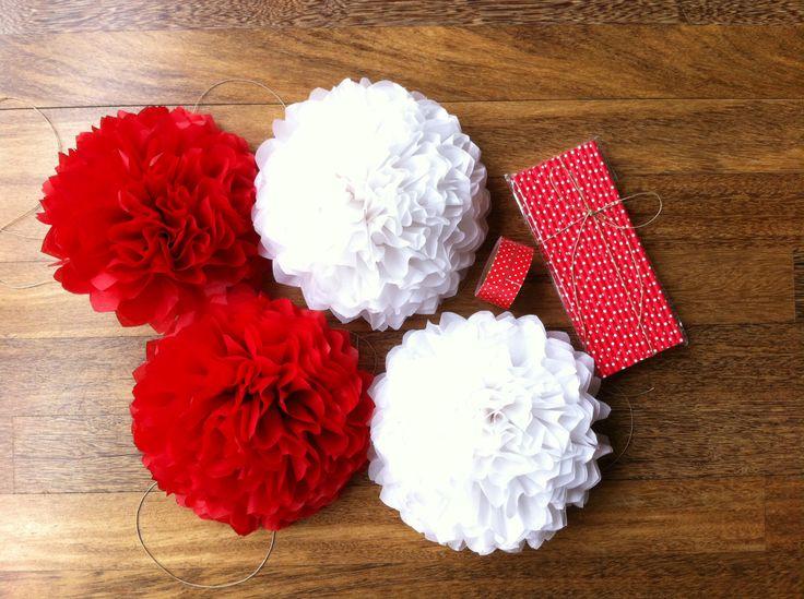 Conjunto de pompones, pajitas de papel y fabric tape a juego en tonos rojo y blanco. We Love Parties Bcn.