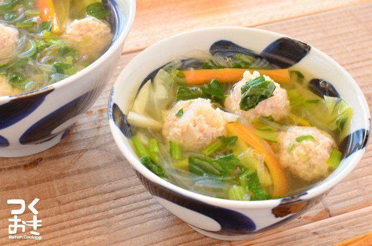 作り置きの鶏だんごと温野菜を使った簡単スープ。お湯を沸かして温めるだけでできるのでほんとうに簡単です。