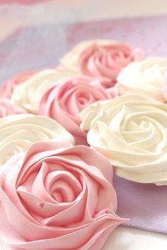 La receta que mejores resultados me ha dado, además hacer estas rosas de merengue duro es facilisimo y como todos los merengues, ¡están buenísimas!