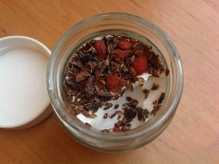 Kokosyoghurt is een geweldig alternatief voor gewone yoghurt en past perfect binnen het paleo dieet! Uiteraard lactosevrij. Bekijk hier het recept.