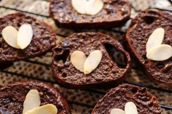 お家にある食パンを使って、とってもおいしい「しみチョコラスク」を作ってみませんか?揃える材料は3つだけでとっても簡単に作れますよ。子どものおやつやラッピングしてプレゼントにもぴったりの、すてきなしみチョコラスクの作り方をまとめてみました。