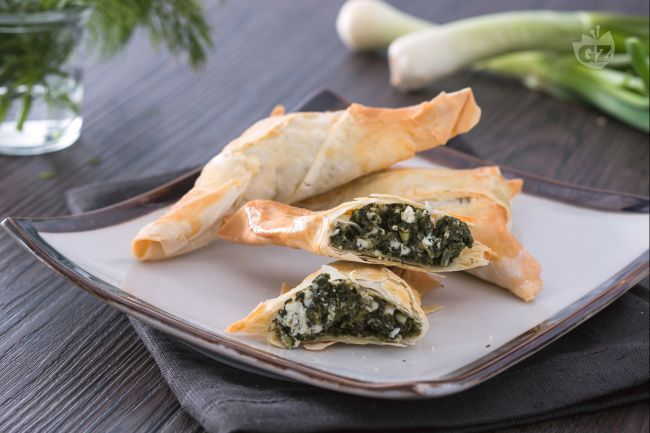 La spanakopita è un tipico rustico greco di pasta fillo, ripieno di spinaci e feta; può essere fatto in teglia o a forma di fagottino triangolare.