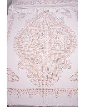 Detalle de Colcha con volantes, de Artesanía Rocío Lozano (Lagartera). Minucioso trabajo de deshilado y bordado para una colcha que es una auténtica joya para vestir tu cama.