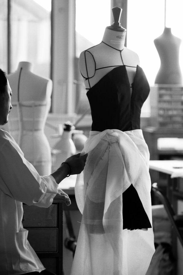 Лицо сумки Lady Dior, Марион Котийяр, в черном платье Dior на красной дорожке Каннского кинофестиваля.
