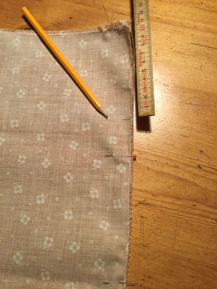 4. Markera 10 cm från överkanten för att få ett sprund. Tvärnåla.