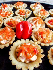 Tartaletas de casabe con cremoso de ají dulce, cilantro y queso guayanés...con hilos caramelizados de ají dulce y cebolla...