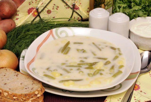 Milovníci smotanových polievok tešte sa!Dneska sme si pre Vás pripravili skvelý recept týkajúci sa fazuľkovej polievky, ktorá Vás vráti do mladých rokov.Ja si vždy spomeniem na leto a chatu v Tatrách, kam som jazdila za mojou babičkou.Tento recept je výnimočný svojou rýchlosťou, ale aj jednoduchosťou! Čo budete potrebovať? zelené fazuľky (čerstvé, alebo zavárané) 4 menšie zemiaky pár bobkových listov korenie
