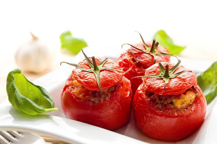 Plněná rajčata - seřízneme vršky rajčat a dáme je stranou. Vnitřky vydlabeme. Rajčata dáme do pekáčku (seřízlou stranou dolů), zakápneme olejem a pečeme 5-10 m. Na oleji osmahneme cibulku, žampiony, strouhanku, parmazán, sůl, pepř. Směsí naplníme rajčata, přiklopíme a 5-10 m. dopečeme.
