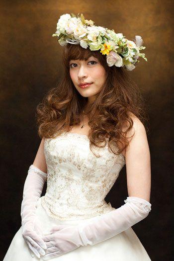 大ぶりの花冠にガーリーなカーリーヘアで ウェディングドレス・カラードレスに合う〜ダウンの花嫁衣装の髪型まとめ一覧〜