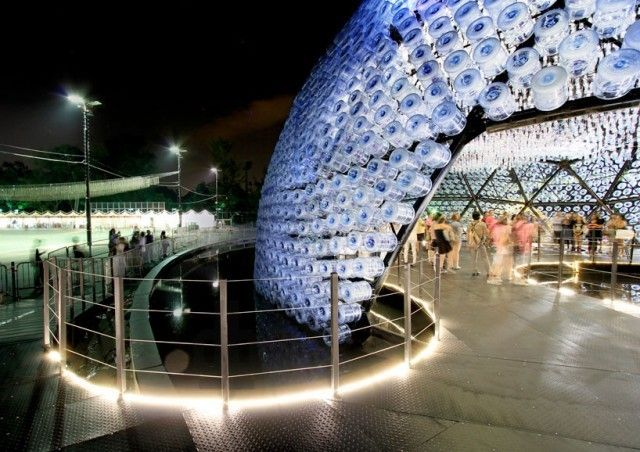 Galeria - Um pavilhão de luz feito com garrafas plásticas recicladas - 9