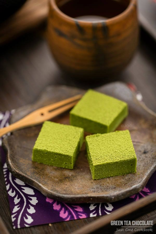 Green Tea Chocolate 抹茶生チョコレート (video in blog post - YUM!!) - simple recipe with only 3 ingredients - white chocolate, butter, and matcha powder.