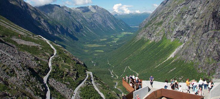 Opplev Geirangerfjorden som er på UNESCOS verdensarvliste og Trollstigen som er blant Norges mest dramatiske og besøkte attraksjoner.