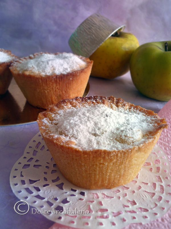 Unitevi a me e gustate queste profumate tortine di mele alla cannella aspettando la notte bianca dei foodblog.  Join me and enjoy these fragrant cinnamon apple pies, waiting for the white night of foodblog. Of the series #nottefood, #unanottedamangiare , #Nightfood