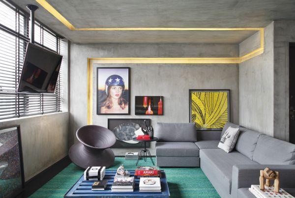 No apartamento, em São Paulo, decorado pelo arquiteto paranaense Guilherme Torres, o concreto dá o tom dos ambientes e aparece no piso e na parede. Os rasgos serviram para embutir iluminação e a decoração segue a linha contemporânea, unindo peças de design, arte e móveis retos