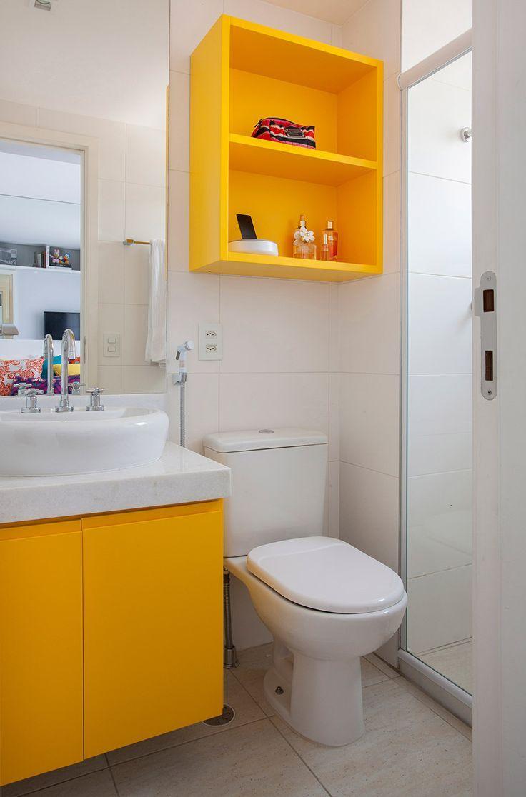 Banheiro simples e pequeno com decoração amarela