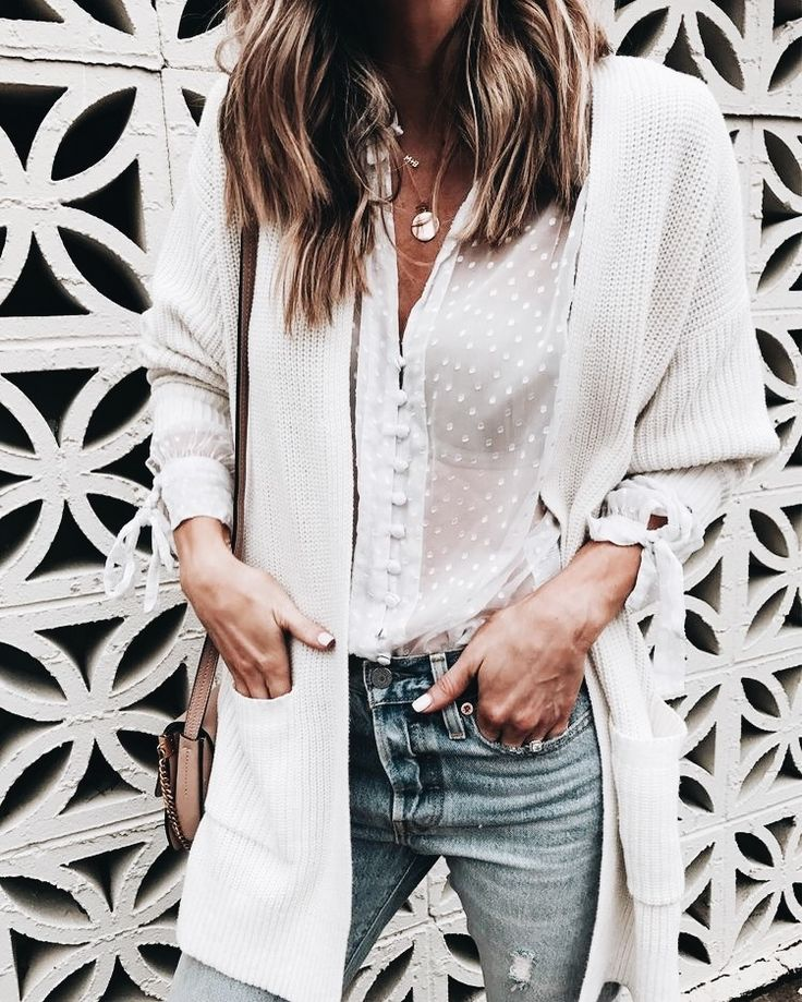 Love this style. Lace bubble top and jeans, made warm with a chunk cardigan! Winter can still be light and fashionable. Wear light clothes in winter to stand out! Stylish outfit ideas for women.
