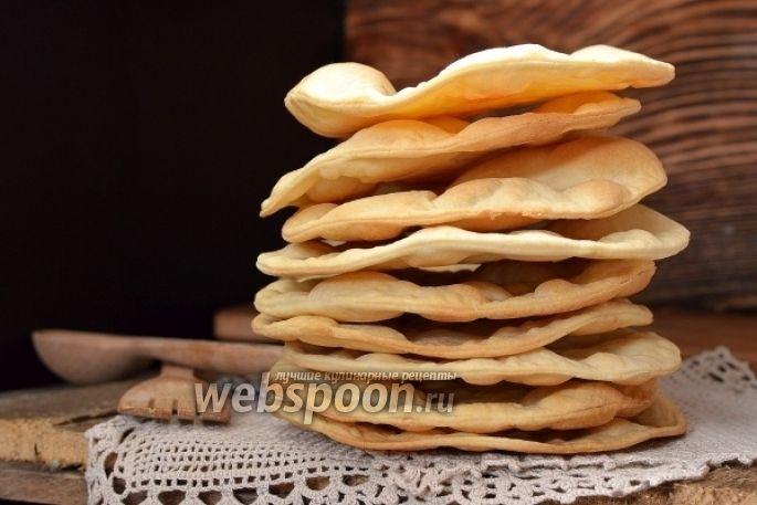 Предлагаю приготовить очень вкусные слоёные коржи  Не смотря на то, что для приготовления таких коржей потребуется всего три компонента, вы  без особых усилий получите хрустящие слоёные коржи и сможете потом приготовить из них вкусный торт. Для таких коржей очень подходят любого рода заварные кремы. Из данного количества выходит 10-12 коржей небольшого диаметра. Если вы собираетесь готовить большой торт — увеличьте количество продуктов в два раза.