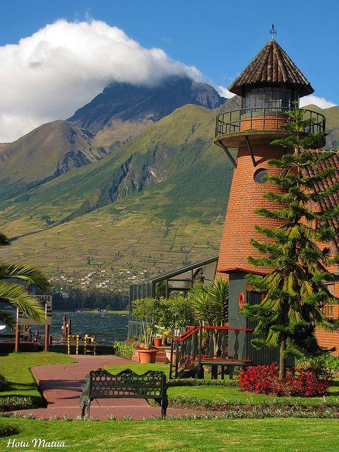 Hotel Puerto Lagos cerca de Otavalo, en la provincia de Imbabura, Ecuador. Al fondo, el volcán Imbabura y el Lago San Pablo.