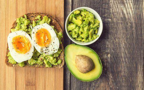pane-tostato-con-avocado-e-uova