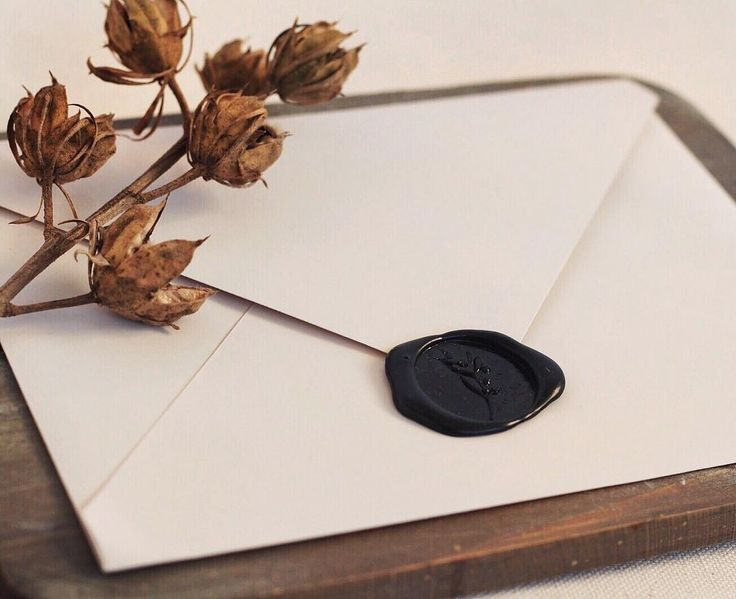 © PAPIRA invitatii de nunta personalizate // The envelope is pretty much the first thing your guests are going to see, so why not choose one the embodies quality and good taste? // #papiradesign #papirainvitations #invitatiidenunta #invitatiinunta #weddinginvitations #greenerywedding