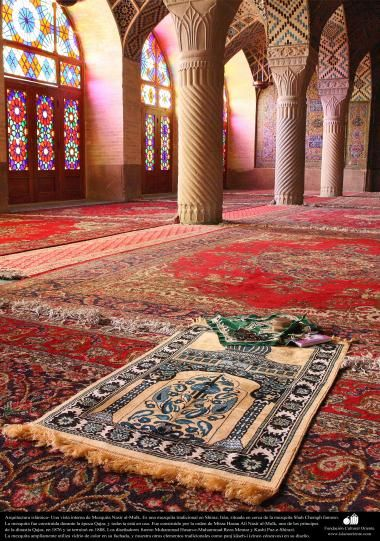 Arquitectura islámica- Una vista interna de la mezquita Nasir al-Mulk en Shiraz Irán. Se terminó su construcción en 1888 - (17)