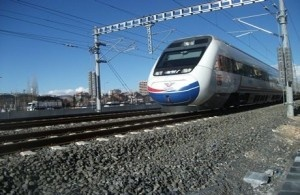 """Bu güne kadar yüksek hızlı trenle 7 milyona yakın insanın Eskişehir'den Ankara'ya, Ankara'dan Konya'ya seyahat ettiğini ifade eden Bakan Yıldırım, """"Amerika'da hızlı tren yok, Türkiye'de hızlı tren var."""