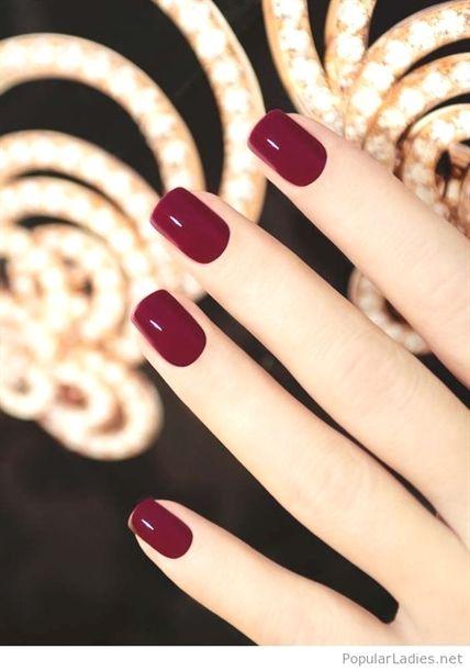 Einfache Burgund-Gel-Nägel. Suchen Sie nach Nagelfarbendesign für den Winter? Sehen Sie sich unsere Kollektion mit süßen Winter-Nagelfarben an und lassen Sie sich …