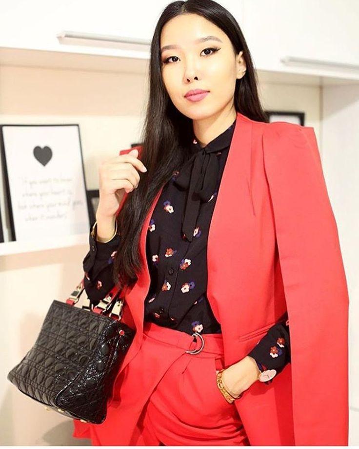 Рабочая неделя — не повод носить скучную офисную одежду. Шикарная @aibinayeshkeyeva восхищает креативным подходом к женскому костюму! Мы хотим носить красный пиджак-кейп каждый день. А вы? #стильно #ootdmagazine #fashiongirl #styleblog #лук #bloggerstyle #accessories #образ #styleinspiration #fashionlove #stylegram #фэшн #летнийобраз #streetscene #блог #styleguide #instafashionist #блогер #модныйблог #стритстайл #personalstyleblogger #fashionshoes #модныйблогер #стиль #asseenonme #шик