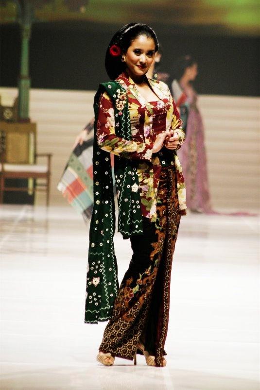 Beautiful Indonesian Woman - kebaya klasik by anne avantie