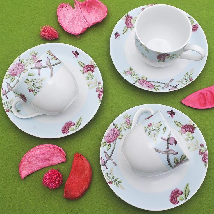 Έξι φλυτζάνια με τα πιατάκια τους για το τσάι ή το καπουτσίνο από φίνα ευρωπαϊκή πορσελάνη, με τριαντάφυλλα σε παλ γαλάζιο χρώμα. Συνδυάστο το με το σετ πάστας ή το σετ φαγητού Roza!