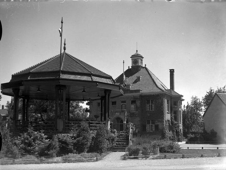 De kiosk met op de achtergrond het raadhuis, Markt. Auteur(s)niet vermeld Datering6/7/1934