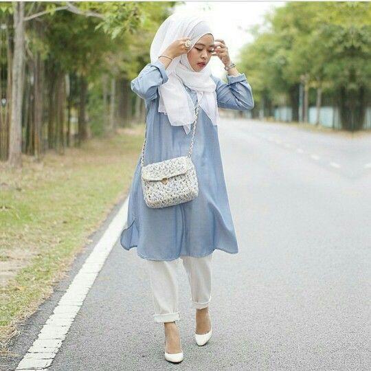 L'indémodable tunique en jean, parfaitement alliée au blanc pour un style chic et romantique
