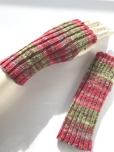 J*の手しごと 輪編みでも作れるけど親指の位置を決めてなかったので、後から調整できるよう往復編みの二目ゴム編みにしました。まあ、二目ゴム編みだから往復でも輪でも苦手は同じっ  ...