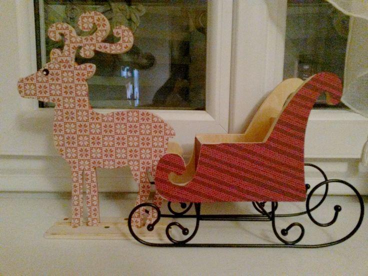 Renne et traîneau en bois achetés chez Cultura et décorés avec du papier à motifs et 2 yeux en gommettes