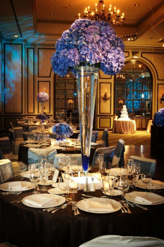 20. Centro de mesa alto con flores de hortensia azul