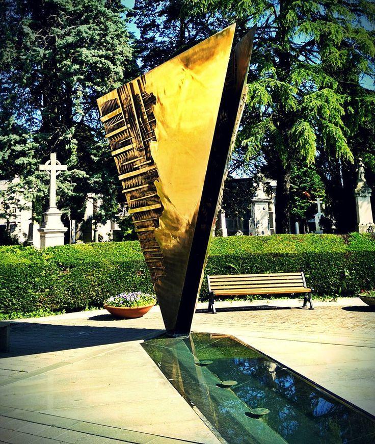 Omaggio a Fellini monumento funebre di A. Pomodo #myrimini  #rimini #vivorimini #fellini  #gold #ladolcevita #amarcord #cimitero #sun #sunny  #love  #federicofelliniquotes #federicofellini #beauty #beautiful  #golden #igersrimini @comunerimini by ocramworld