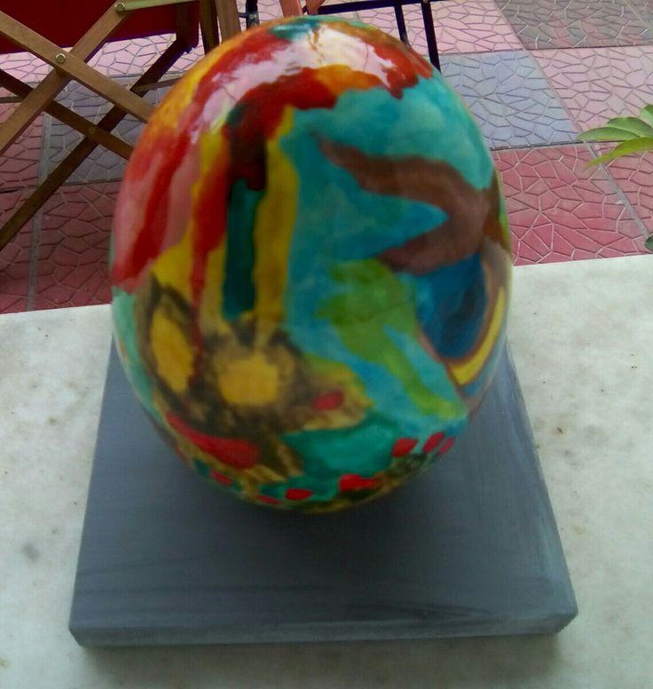 Κεραμικό αυγό σε ξύλινη βάση, ζωγραφισμένο στο χέρι