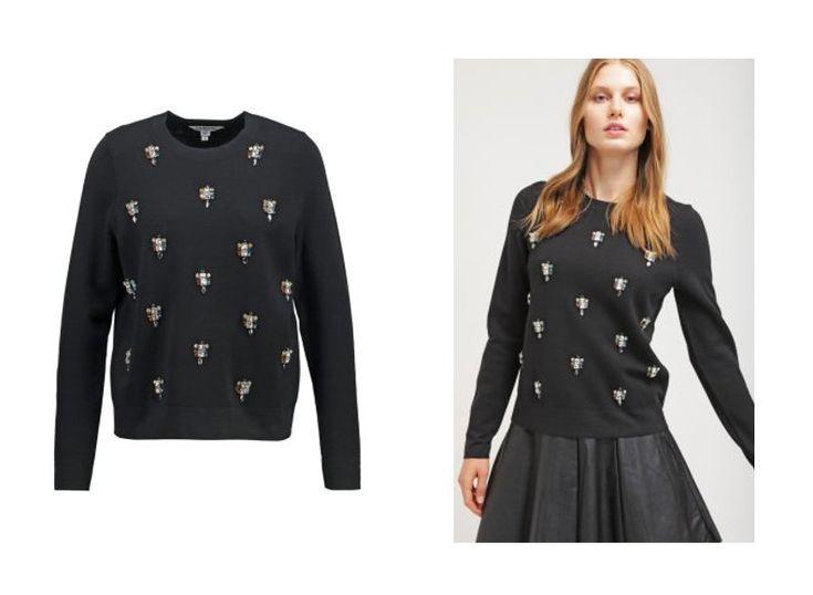 LK. Bennett présente un pullover en laine noir, orné de subtils empiècements, permettant ainsi d'apporter une touche de fantaisie et de modernité au traditionnel pullover. Le pullover Meryl est proposé à 250€ sur le site Zalando.
