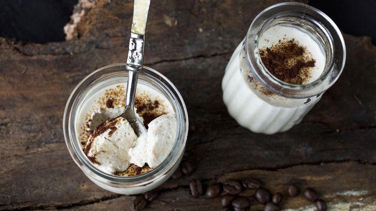 En frisk og enkel panna cotta laget med gresk yoghurt. Espressopulver gir et nydelig hint av kaffe.
