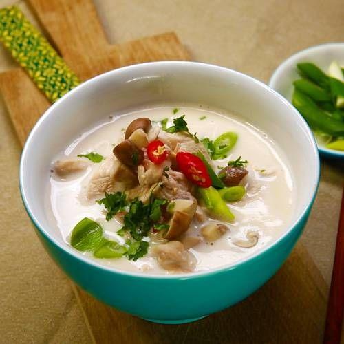 Eigentlich ist es kein Wunder, dass auch die Tom Kha Gai-Suppe hervorragend gegen Erkältung hilft, denn eigentlich ist sie nichts anderes als eine exotische Variante unserer klassischen Hühnersuppe. Statt Lorbeerblättern und Petersilie kommen hier eben Galgant und Kaffirlimettenblätter in die Suppe, die dank Kokosmilch herrlich cremig wird.