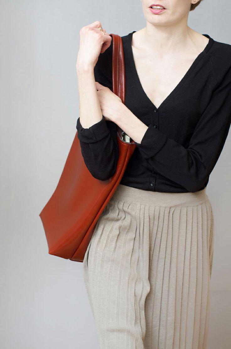 Prosta tote-bag z bardzo mocnej, lakierowanej skóry licowej w kolorze ceglasto-koniakowym. #totebag #casualbag #leatherbag #cogniac