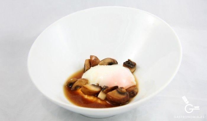Receta de Huevo a baja temperatura, crema de calabaza, setas y jugo de cebolla asada - Gastronomía