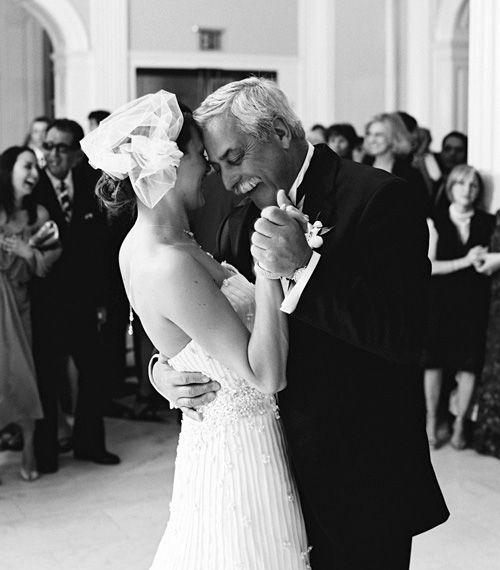 Uno de los momentos más conmovedores de tu boda no solo será cuando tu padre te lleve de la mano al altar, sino ese primer baile como mujer casada
