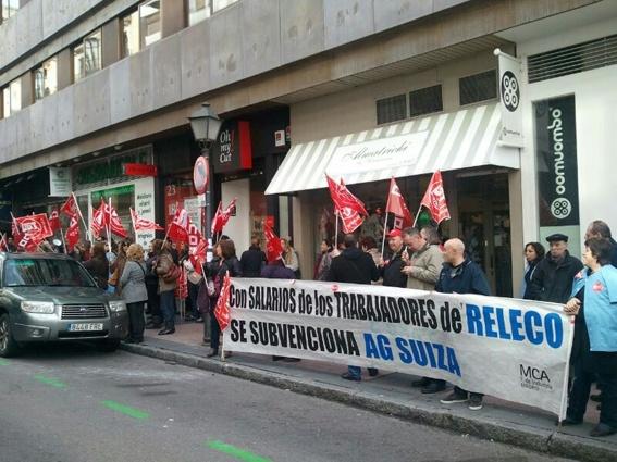 La plantilla de Releco se ha concentrado esta mañana ante la embajada de Suiza en Madrid http://mcaugt.org/noticia.php?cn=17527