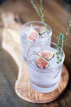 Signature Drink - Feigen-Cocktail mit Thymian in einem leichten lila