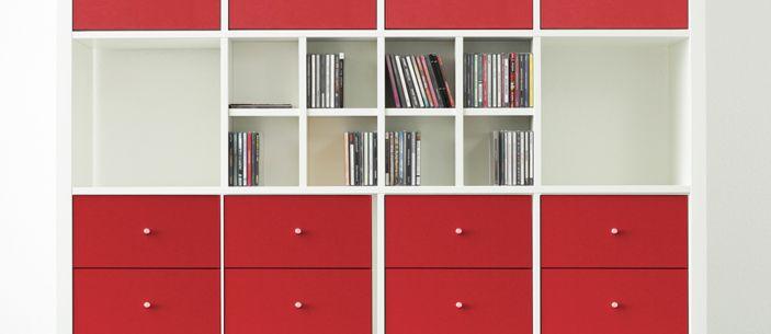 wei es kallax regal von ikea mit roten blenden und cd eins tzen von new swedish design kallax. Black Bedroom Furniture Sets. Home Design Ideas