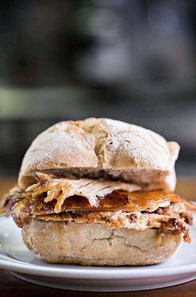 Les sandwichs d'inspiration brésiliennes sont la spécialité de la Casa Guedes.